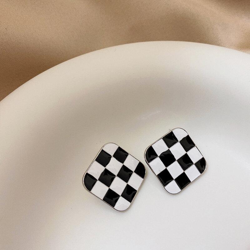 TARCLIY هندسية المعادن الاكريليك أسود أبيض متقلب وأقراط الإبداعية متعددة نمط بسيط المرأة القرط الموضة مجوهرات