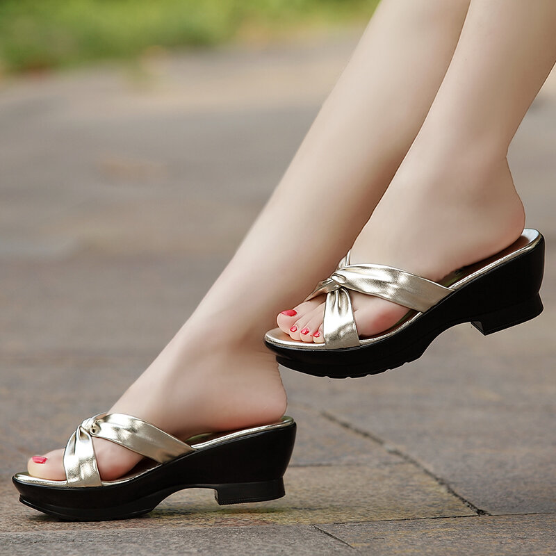 حذاء نسائي من جلد الغنم ، صندل صيفي مريح في منتصف العمر ، مقاس كبير 40-42